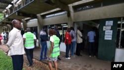 Des électeurs font la queue à un bureau de vote à Cocody, un quartier d'Abidjan, le 24 mars 2018 .