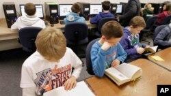 Anak-anak membaca di perpustakaan Sekolah Dasar Dimmick di LaSalle, Illinois, AS.