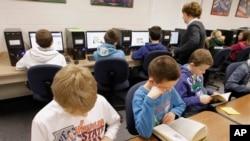 Niños trabajan en las computadoras de la escuela.