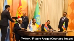 Le Premier ministre éthiopien Abiy Ahmed, à droite, signe un document lors d'une rencontre avec le président de la Somalie Formajo et le président Isaias à Asmara, 6 septembre 2017. (Twitter/Fitsum Arega)