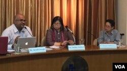 Ông Jerald Joseph (trái) phát biểu tại cuộc họp báo về diễn đàn các dân tộc ASEAN sắp tới.