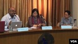 Nhà hoạt động người Malaysia Jerald Joseph, Chủ tịch Ủy ban Chỉ đạo của Diễn đàn Nhân dân ASEAN phát biểu trong lúc bà Sunsanee Sutthisunsanee, đại diện của Thái Lan, lắng nghe, ngày 2/4/2015. (Ảnh Steve Herman - VOA).