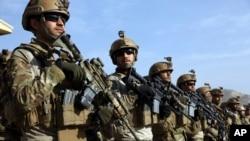 به گفتۀ مقامات نظامی افغان، اردوی آن کشور از تفنگ های M4 و M16 ساخت امریکا استفاده می کند و تنها وزارت داخلۀ آن کشور از کلاشینکوف ساخت روسیه استفاده می کند