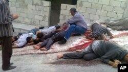 Suriyeli muhaliflerin, Bayda köyünde Esat güçlerinin giriştiğini iddia ettikleri katliam sonrasından bir görüntü