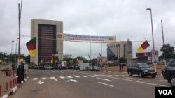 La bannière a été mise pour remercier les soldats camerounais qui combattent Boko Haram, le 20 mai 2016. (M. Kindzeka/VOA)