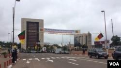 Dans la capitale de Yaoundé lors du jour national au Cameroon, le 20 mai 2016. (M. Kindzeka/VOA)
