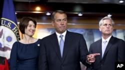 Kongressdagi respublikachilar sardorlari: Vakillar Palatasi spikeri Jon Beyner (o'rtada), kongressmen ayol Keti Makmorris va kongressmen Kevin Makkarti.