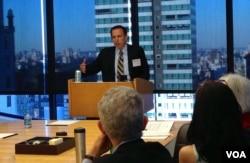 国前国务院和白宫官员唐纳德.格罗斯(Donald Gross)在美中关系全国委员会介绍他的新书《对华误识》(美国之音方方拍摄)