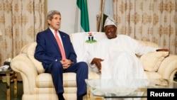 Ngoại trưởng Hoa Kỳ John Kerry (trái) hội đàm với Tổng thống Nigeria Gooluck Jonathan ở Lagos, 25/1/15