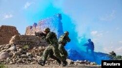 Binh sĩ Trung Quốc tham gia huấn luyện tác chiến trong sa mạc Gobi ở tỉnh Cam Túc, ngày 18 tháng 5, 2018.
