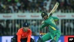 پاکستان کے آل رانڈر شعیب مک شارجہ کرکٹ گراؤنڈ میں انگلینڈ کے خلاف میچ میں شاٹ لگا رہے ہیں۔ فائل فوٹو