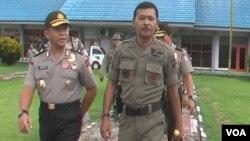 Asops Kapolri Irjen Pol Arif Wachyunadi (kiri) bersama Kapolda Sulawesi Tengah Brigjend Idham Azis di Poso, Kamis 12/3 (VOA/Yoanes).