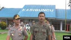 Asops Kapolri Irjen Pol Arif Wachyunadi (kiri) bersama Kapolda Sulawesi Tengah Brigjen Idham Azis di Poso, Kamis 12/3 (VOA/Yoanes).