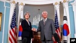 지난해 6월 렉스 틸러슨 미국 국무부 장관(오른쪽)이 취임 후 첫 한미 외교장관회담을 위해 워싱턴에 도착한 강경화 한국 외교부 장관을 만나 악수하고 있다.