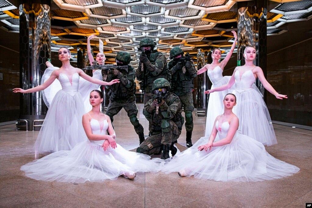 세계 여성의 날 이벤트의 일환으로 무용수들과 군인이 함께 포즈를 취하고 있다.