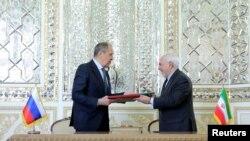 伊朗外交部長扎里夫(Mohammad Jav俄羅斯ad Zarif)與外交部長拉夫羅夫4月13日在德黑蘭一個簽字儀式上。
