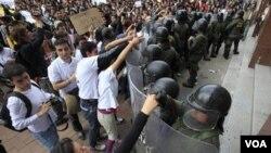 Los estudiantes en Bogotá protestan contra una reforma educativa que propone utilizar fondos privados en instituciones públicas.