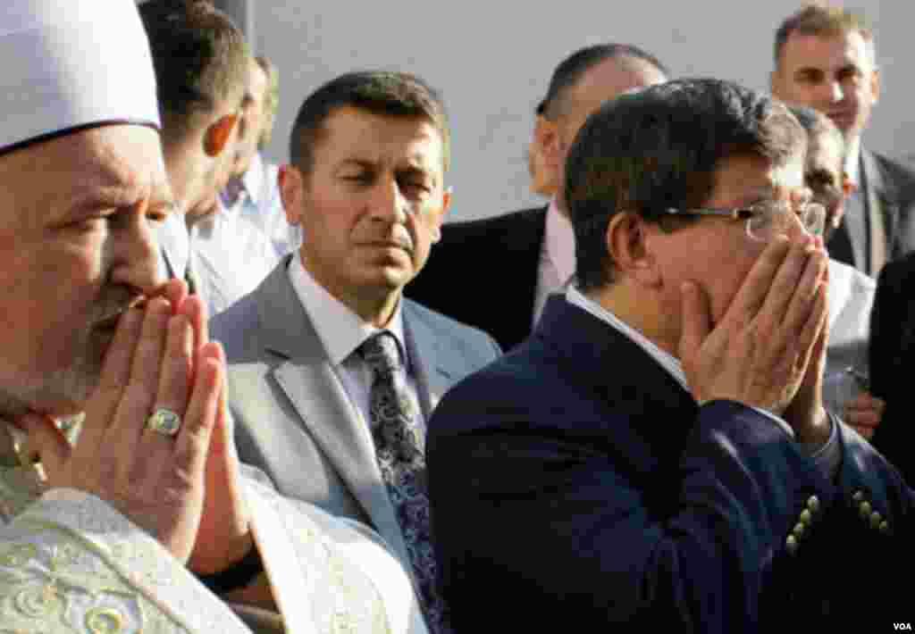 Turski šef diplomatije Ahmet Davutoglu (desno) klanjao je bajramski namaz sa reisom Musfaom Cerićem (lijevo) i muslimanima u Sarajevu. AP