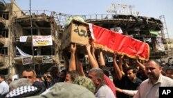 """ساکنان بغداد روز سه شنبه در مراسم تشییع جنازه قربانایان بمبگذاری روز شنبه، خواستار برخورد با """"سلول های خفته"""" داعش شده اند."""