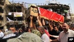 Stanovnici Bagdada nose kovčeg sa posmrtnim ostacima jedne od žrtava napada Islamske države