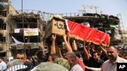 巴格达发生袭击事件之后,送葬者抬举着24岁阿克拉姆·哈迪的棺材(2016年7月5日)