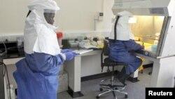 Des infirmiers, équipés pour ne pas contracter la fièvre à virus Ebola