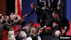 Predsednik Barak Obama i republikanski predsednički kandidat Mit Romni pozdravljaju se sa publikom na kraju treće debate.