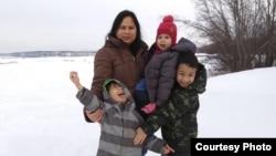 Warga Indonesia, Dewi Loges, bersama ketiga anaknya di Anchorage, Alaska (dok: Dewi Loges)