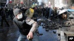 Người biểu tình chống chính phủ và cảnh sát chống bạo động đụng độ bên ngoài trụ sở quốc hội trong thủ đô Kyiv, Ukraina, 18/2/14