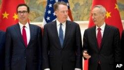 고위급 무역협상을 위해 중국을 방문한 스티븐 므누신 미 재무장관(왼쪽부터)과 로버트 라이트하이저 미 무역대표부 대표가 지난 2월 베이징 댜오위타이 국빈관에서 류허 중국 국무원 부총리와 함께 포즈를 취하고 있다.
