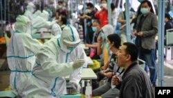 武漢一名醫務人員正在對一位市民進行新冠狀病毒檢測。(2020年5月14日)