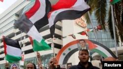Des manifestants palestiniens protestent contre Assad et l'attaque en chimique, à Nablus, le 9 avril 2017.
