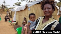Un bébé congolais, Belle Saleh, et sa grand-mère, au centre de transit de Nchelenge à Chiengi, dans la province de Luapula, dans le nord de la Zambie, le 28 septembre 2017 . (UNHCR)