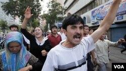 Warga muslim Uighur melakukan protes atas kekerasan militer Tiongkok di Urumqi, ibukota provinsi Xinjiang (foto: dok.). Pemerintah Malaysia mendeportasi 6 pengungsi Uighur ke Tiongkok.