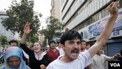 Warga muslim Uighur melakukan protes atas kekerasan militer Tiongkok di Urumqi, ibukota provinsi Xinjiang (foto: dok.). Pemerintah Malaysia mendeportasi 11 warga Uighur yang meminta suaka politik.