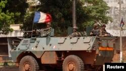 Pasukan Perancis melakukan patroli di Bangui, Afrika tengah sementara pertempuran berkobar hari Kamis (5/12).