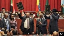 27일 에티오피아 수도 아디스 아바바에서 안보·경제 협력협정에 서명한 오마르 바시르 수단 대통령(왼쪽)과 살바 키르 남수단 대통령.