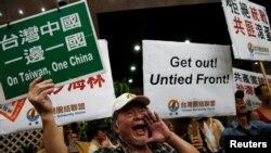 22일 사하이린 중국 공산당 상하이 시당 위원이 타이완 수도 타이페이에 도착하는 현장에서 반 중국 시위를 벌이고 있는 시민들. 사 위원은 지난 5월 차이잉원 타이완 총통 취임으로 양안관계가 경색된 뒤 타이완을 방문하는 최고위급 중국 정부 관계자다.