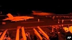 超级大黄蜂战机准备从乔治·布什航空母舰甲板起飞执行轰炸任务