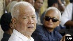 Cựu thủ lãnh Khmer Ðỏ Khieu Samphan (trái) và Nuon Chea (phải) bị tố cáo phạm tội ác chiến tranh, tội ác chống lại loài người và diệt chủng