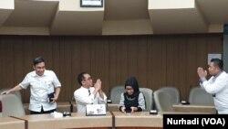 Paripurna P Sugarda, Wakil Rektor UGM (kedua dari kiri) mengkonfirmasi status positif Corona Guru Besar kampus itu. (Foto: VOA/ Nurhadi)