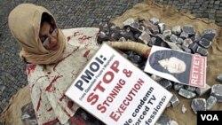 Seorang perempuan berdemonstrasi di Jerman menentang hukuman mati dengan rajam terhadap Sakineh Mohammadi Ashtiani.