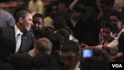 El presidente Obama saluda a los estudiantes de la secundaria Kenmore, en Arlington, Virginia.