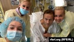 Rus muhalif lider Alexei Navalny, Berlin'de tedavi gördüğü hastaneden ailesiyle birlikte bir fotoğrafını paylaştı