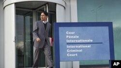 桑多瓦爾律師離開國際刑事法庭。