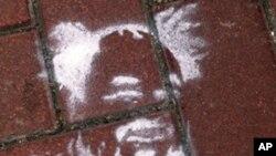 香港街頭出現的艾未未肖像噴漆