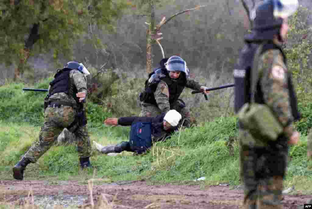 پولیس مقدونیه در حال دستگیری یک پناهجو در مرز مقدونیه و یونان
