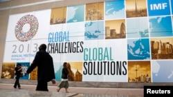 Slogan-slogan di depan Markas IMF dalam rangka Pertemuan Tahunan Bank Dunia - IMF, Washington DC (8/10/2013). Dalam laporannya, Bank Dunia mengatakan 1,2 milyar penduduk dunia masih hidup dalam kemiskinan.