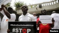 Manifestantes contra xenofobia junto ao consulado sul-africano em Lagos