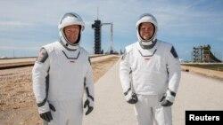 داگلس (داگ) هرلی، دست چپ و رابرت (باب) بنکن در لباسهای فضانوردی جدید اسپیس اکس